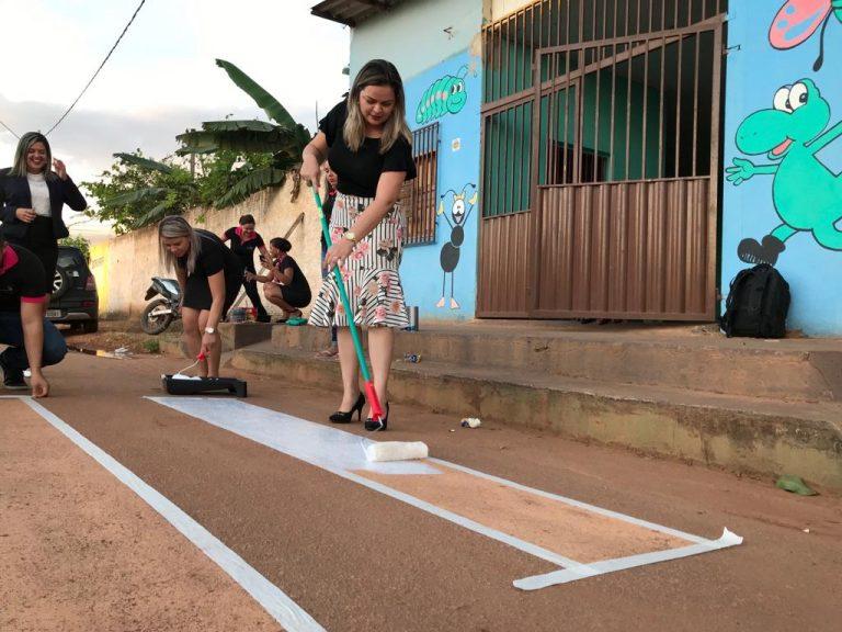 EXEMPLO- Vídeo de vereadora pintando faixa de pedestre viraliza nas redes sociais